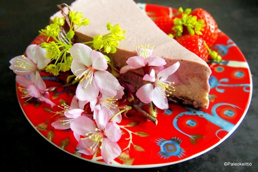 Vaniljainen mansikkaraakakakku | paleokeittio.fi