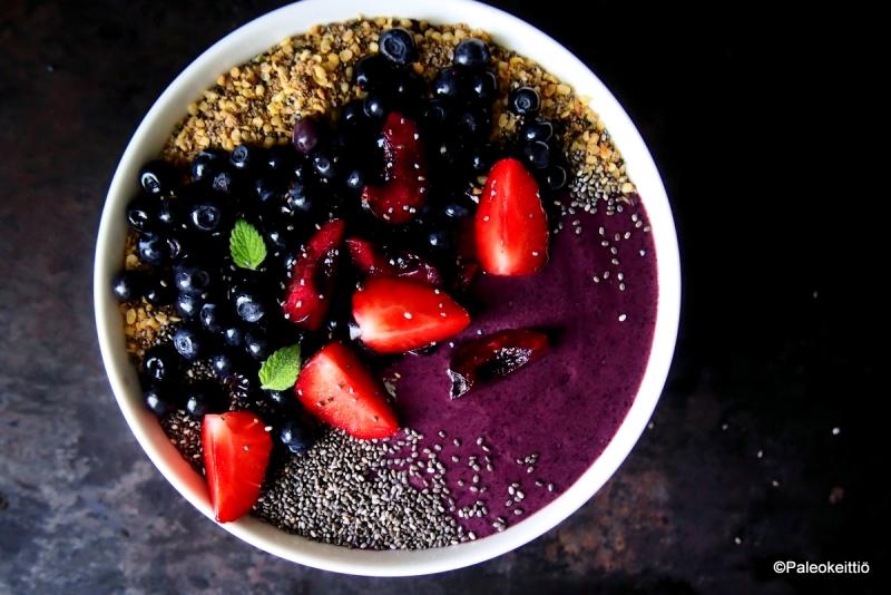 Mustikkainen smoothie bowl | paleokeittio.fi