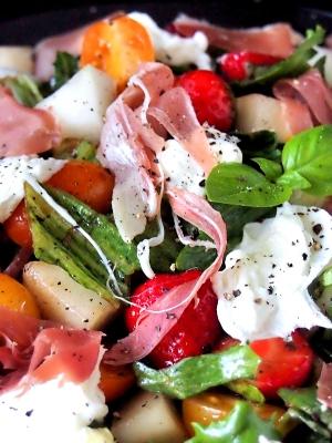 Välimerellinen mansikka-mozzarellasalaatti | paleokeittio.fi