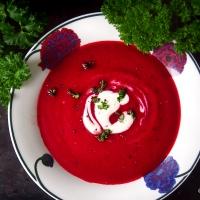 Lempeän mausteinen ja värikäs punajuurikeitto sopii syksyyn