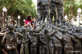 Lapset Tarragonan ihmistorni -patsaalla