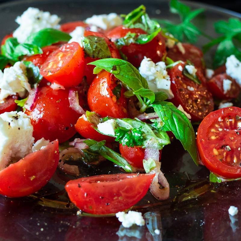 Italialaisittain ja tillillä maustetut tomaattisalaatit | paleokeittio.fi