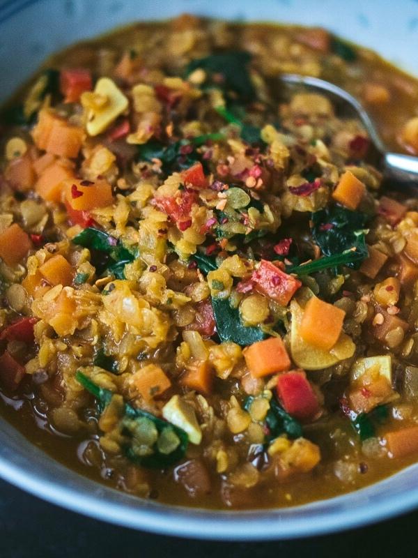 Intialaisittain maustettu punainen linssipata pinaatilla & paprikalla | paleokeittio.fi